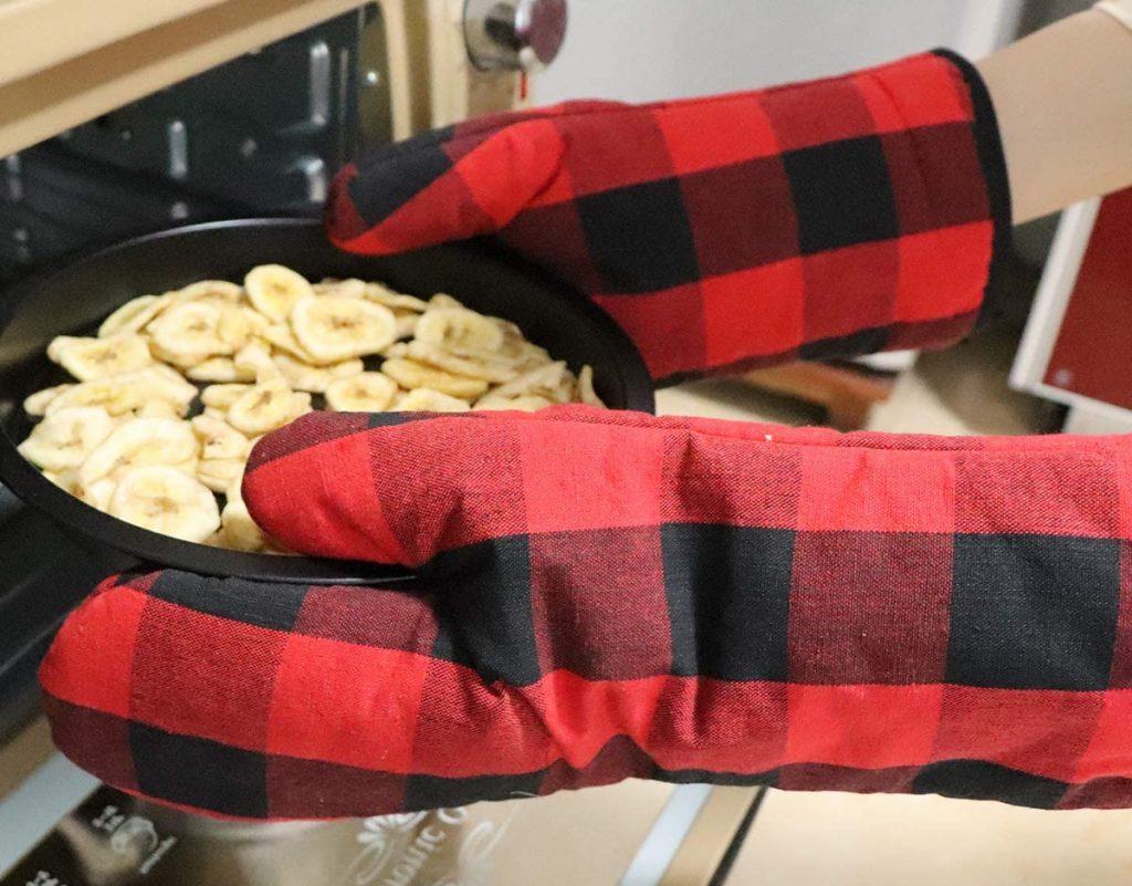 WinChange's 4-piece oven mitt and potholder set