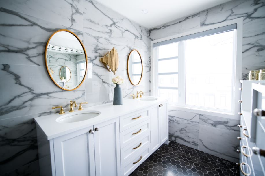 bathroom with pulls mounted in the center of the cabinet drawers