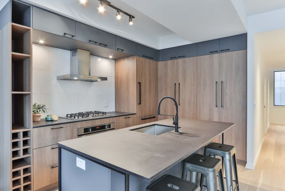 modern kitchen with pulls mounted in the center of the cabinet doors