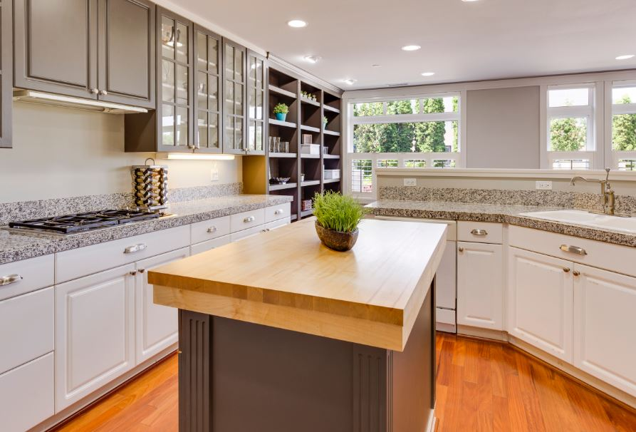 transitional kitchen with farmhouse sink and cabinet knobs